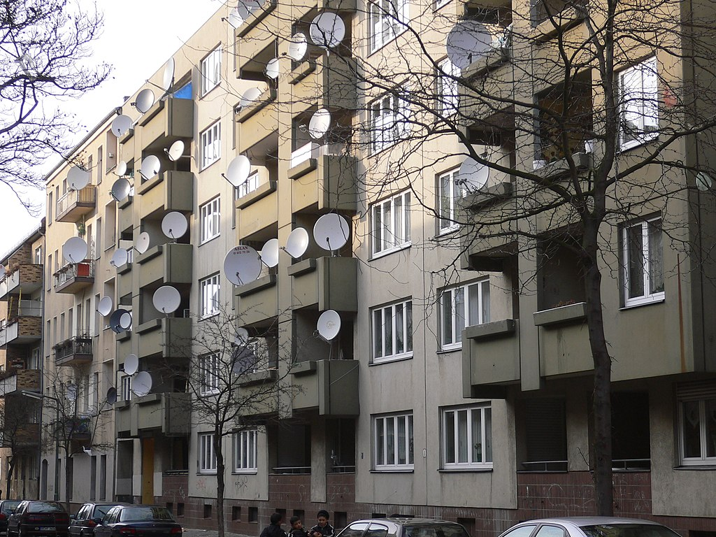 file berlin neukoelln satellite dishes 20050314 wikimedia commons. Black Bedroom Furniture Sets. Home Design Ideas