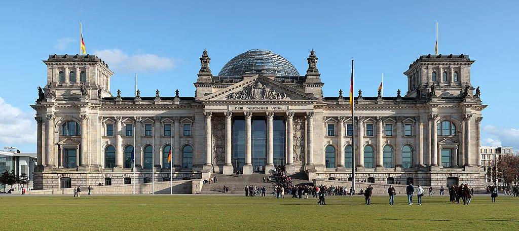 Façade du Reichstag à Berlin : L'accès à la coupole est gratuit. Photo de Mfield, Matthew Field.