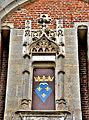Blason au-dessus de l'entrée du château de saint-Fargeau.jpg