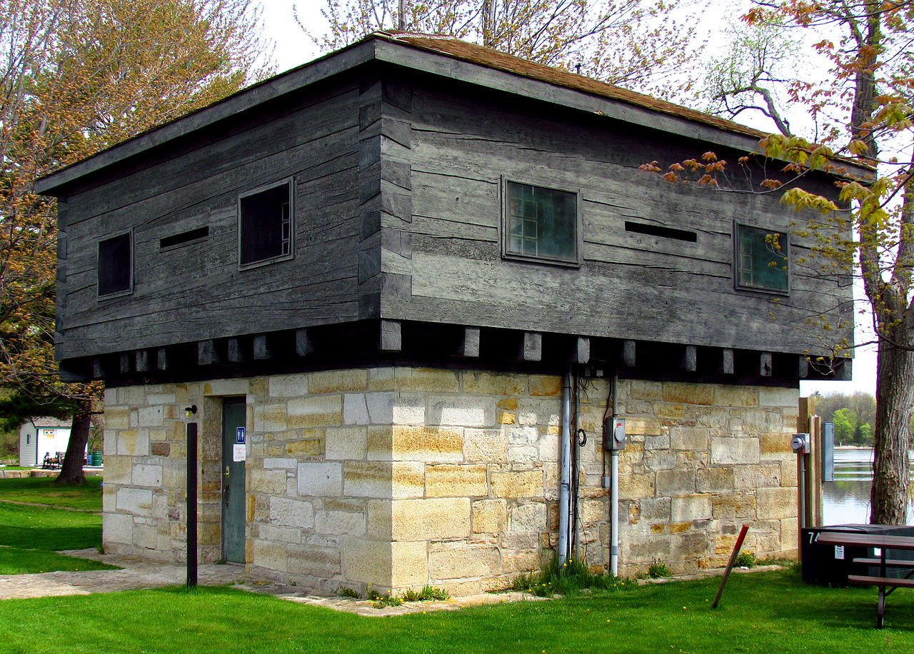 File blockhouse at rideau wikimedia commons for Small block homes