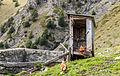 Boerderij Arpisson (2327m.) boven Gimillan in Cogne Valley (Italië). Vervallen schijthuisje (toilet) boven open gierkelder 01.jpg