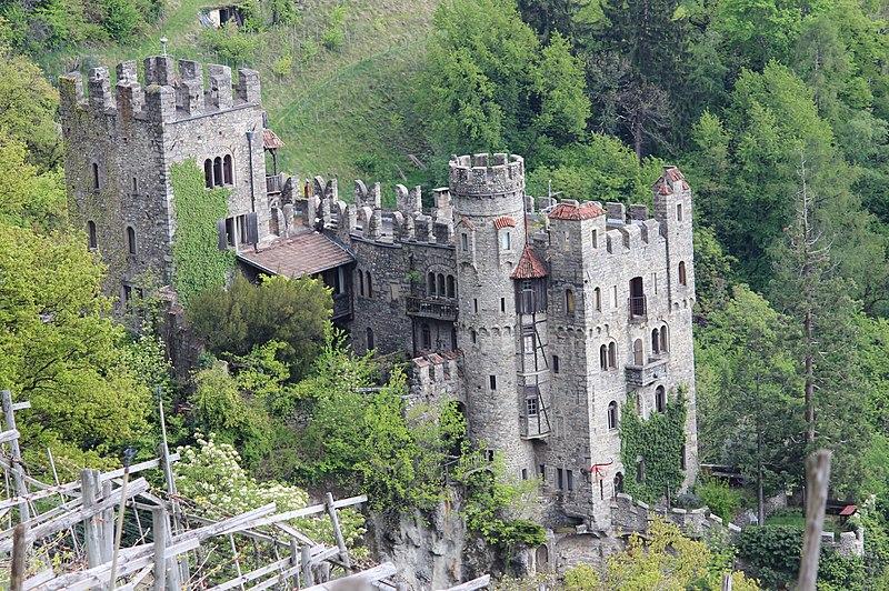 File:Brunnenburg bei Dorf Tirol - NW.JPG