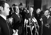 Bundesarchiv B 145 Bild-F038347-0030, Bonn, Willy Brandt, Walter Scheel nach Wahlsieg