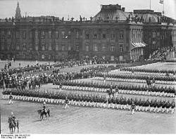 Bundesarchiv Bild 183-H27213, Potsdam, Frühjahrsparade vor Stadtschloss.jpg