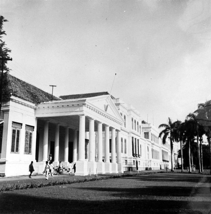 COLLECTIE TROPENMUSEUM 'Het Hooggerechtshof en het Paleis van Daendels het 'Grote Huis' aan het Waterlooplein te Batavia' TMnr 10015231