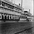 COLLECTIE TROPENMUSEUM Het mailschip 'Insulinde' uit Rotterdam in de haven van Padang tijdens het bezoek van Gouverneur-generaal Van Limburg Stirum aan de westkust van Sumatra 1916 TMnr 60013123.jpg