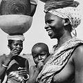 COLLECTIE TROPENMUSEUM Portret van twee Fulani vrouwen en een kind TMnr 20010076.jpg