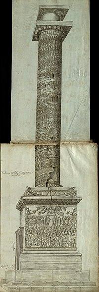 Vista lateral de la Columna de Arcadius, con relieves esculpidos de escenas y figuras en el pedestal, en el zócalo y subiendo en espiral por el fuste de la columna, coronado por un capitel y un pedestal vacío de una estatua.  Se ve una puerta a nivel del suelo que da acceso a la escalera de caracol interior.