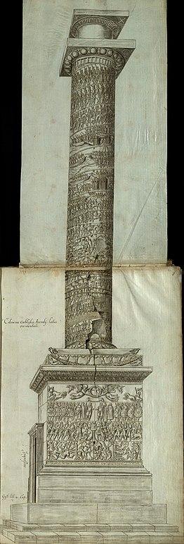 Вид сбоку на Колонну Аркадия с резными рельефами сцен и фигур на постаменте, на цоколе и по спирали вверх по стволу колонны, увенчанной капителью и пустым постаментом статуи. Видна дверь на уровне земли, ведущая к винтовой лестнице внутри.