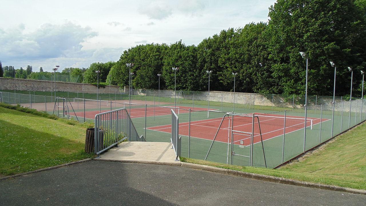 Fichier ch teau de fr migny terrains de tennis jpg wikip dia for Terrain de tennis taille