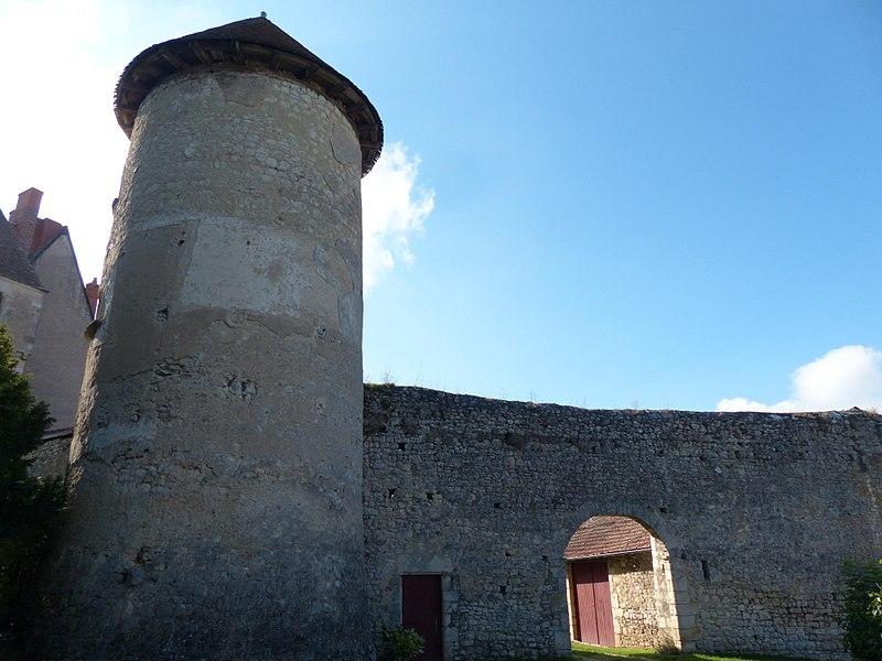 Château du Châtelard, Ébreuil (Allier). Tour et porte de l'enceinte médiévale extérieure.