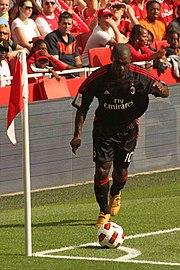 Seedorf batte un calcio d'angolo durante la partita della Emirates Cup fra Arsenal e Milan del 31 luglio 2010.