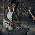 Collectie NMvWereldculturen, TM-20026566, Dia- 'Smid aan het werk, Bukittinggi', fotograaf Boy Lawson, 1971.jpg