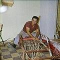 Collectie Nationaal Museum van Wereldculturen TM-20029632 Rietvlechter Aruba Boy Lawson (Fotograaf).jpg