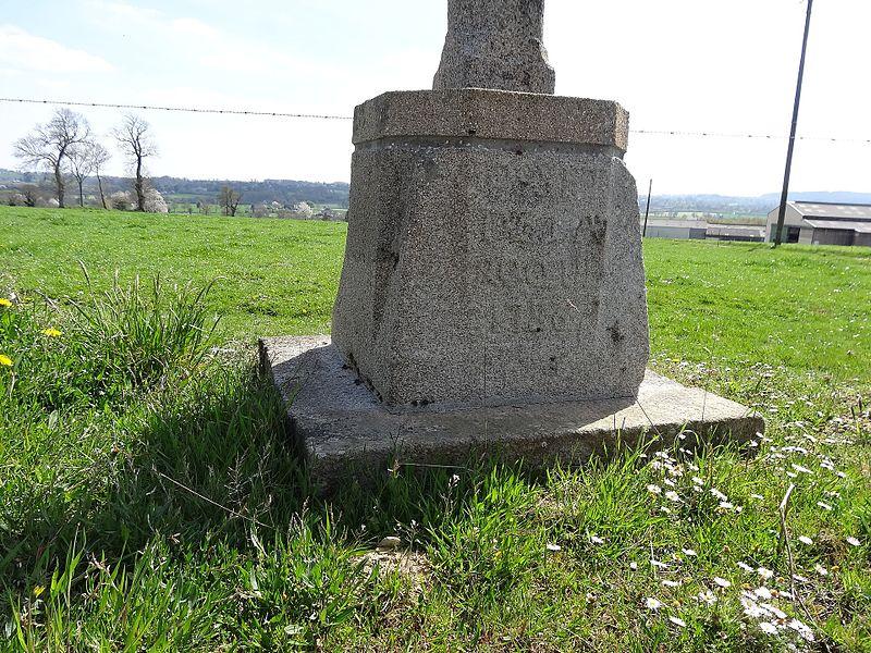 Socle de  la croix de chemin sur la départementale 295 dans le Calvados au lieu-dit La Rocque. On peut lire la date: 1786