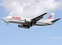 Boeing 737-400 přistává na letišti Heathrow