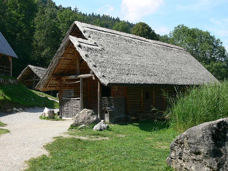 File:Dürrnberg Keltendorf - Keltisches Haus.jpg