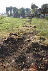 Deprem sonucu oluşmuş yer kırığı