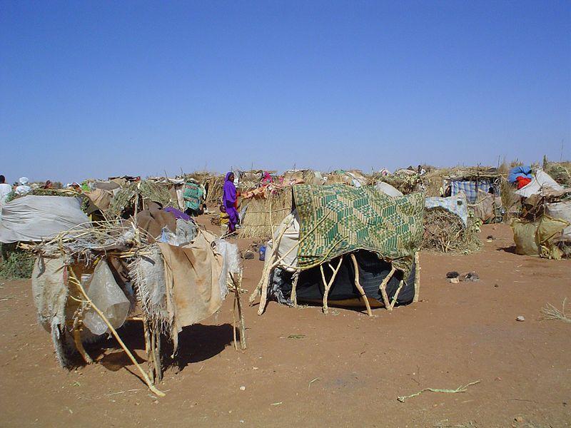 Armselige provisorische Hütten aus Müll. Flüchtlingscamp in der Wüste