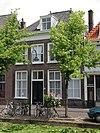 foto van Pand et verdieping en dwars schilddak, waarin dakkapel met vleugelstukken. Vensters met zes- en vierruitsramen. Houten kroonlijst