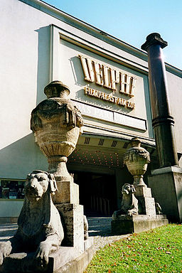 Delphi-Palast. she loves pictures [CC BY-SA 2.0 (https://creativecommons.org/licenses/by-sa/2.0)], via Wikimedia Commons