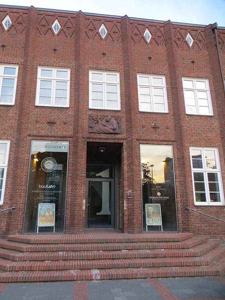 File Der Eingang der alten Bücherei vom Deutschen Haus