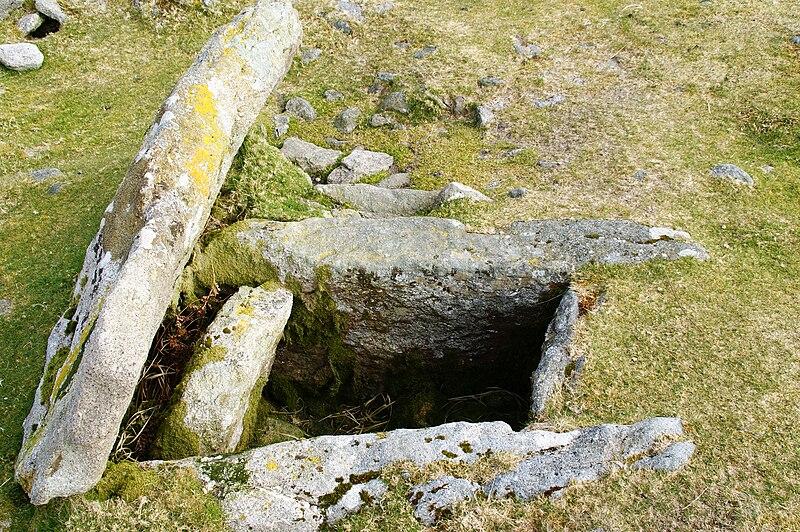 Kistvaen aus Dartmoor in Drizzlecombe (England) zeigt den Verschlussstein und die innere Struktur.