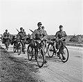 Duitser trekken na de capitulatie uit het Gooi weg Rijdend op of lopend naast h, Bestanddeelnr 900-2894.jpg