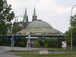 Dworzec autobusowy o charakterystycznym kszta�cie spodka