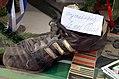 """Engelbosteler Damm Hannover Haus Nelkenstraße 32, Sportschuh von Adidas mit Handschrift """"Originalschuh Siggi Reich"""" im Sammlungs-Schaufenster des Lädchens Presse Tabak Lotto.jpg"""