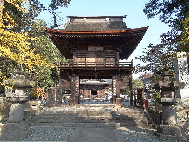 恵林寺三門。右の柱に「安禅不必須山水」、左の柱に「滅却心頭火自涼」の偈が記されている。Wikipediaより