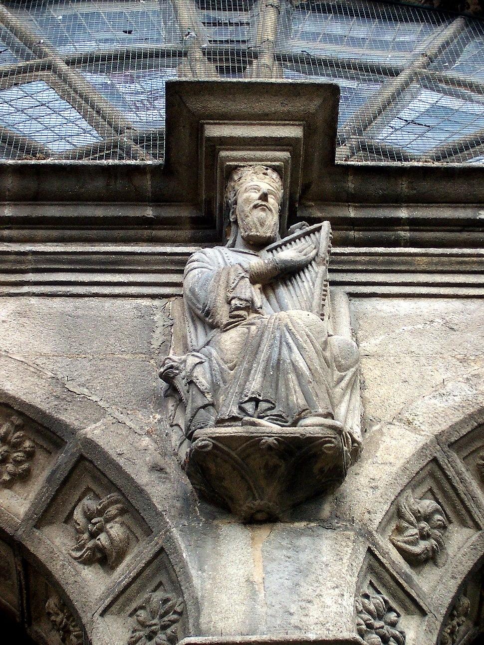 Escultura de arpista na Catedral de Ourense