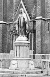 ext. overzicht beeld voor de kerk (heilig hartbeeld, 1921 atelier voor kerkelijke kunst auguste hermans, roermond) - tilburg - 20002691 - rce