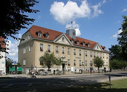 So kommt man zu dem Rathaus Falkensee mit den Öffentlichen - Mehr zum Ort Hier