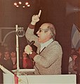 Fernando Nadra en un acto en la plaza principal de Lanus, elecciones de 1983.jpg