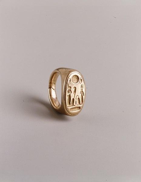 File:Finger Ring depicting King Akhenaten and Queen Nefertiti as Shu and Tefnut MET EG142.jpg