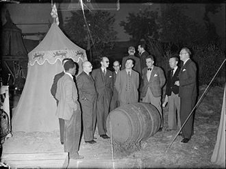 Henry V (1944 film) - 1942: Overseas newspaper correspondents inspect a beer barrel and tent 'at Agincourt', part of the set built for the production of 'Henry V' at Denham Studios.