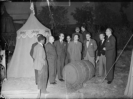 Overseas newspaper correspondents visit the set of Henry V at Denham Studios in 1943. Foreign Correspondents Visit British Film Studios, Denham, Buckinghamshire, England, UK, 1943 D16277.jpg