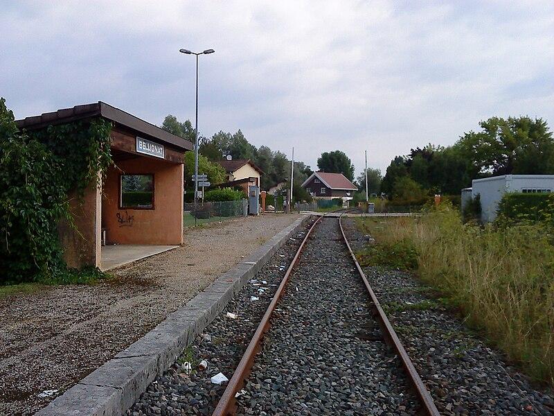 La gare de Bellignat est son quai. Prise de vue en direction d'Oyonnax.