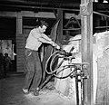 Glasblazers aan het werk in de fabriek, Bestanddeelnr 252-8906.jpg