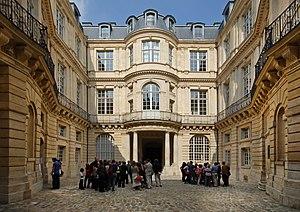 Hôtel de Beauvais - Image: Hôtel de Beauvais cour intérieure