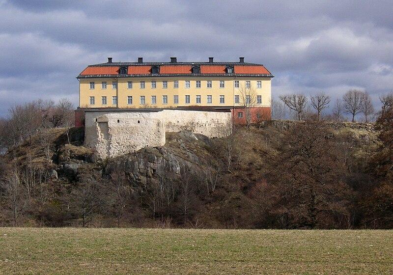 Hörningsholms slott i april 2011, fasad mot väst med den medeltida grundmuren (vänster bild) och mot öst (höger bild)