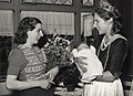 Haarlems Bloemenkoningin brengt bezoek aan Haarlems 160.000 ste inwoonster, Willy Bauwensx, in een woonark aan het Spaarne, 6 augustus 1948. Aangekocht in 1977 van fotograaf C. de Boer. Cate, NL-HlmNHA 54010752.JPG