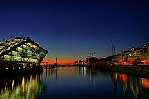 Hamburg--Fil:Hamburg Dockland at night