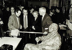 Gonzalo Torrente Ballester - The Presentation of the sculpture in honour of Gonzalo, in the Café Novelty, in Salamanca in 2000. From the right to the left, the director of The Royal Spanish Academy, Víctor García de la Concha, the widow of Torrente, the author Carlos Casares and the sculptor Fernando Mayoral.