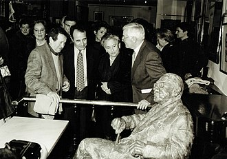 Café Novelty - The Presentation of the sculpture in honour of Gonzalo Torrente Ballester in the Café Novelty in 2000. From the right to the left, the director of The Royal Spanish Academy Víctor García de la Concha, the widow of Torrente, the author Carlos Casares and the sculptor Fernando Mayoral.