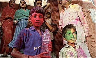 Indien Springfestival Holi color throwing.jpg