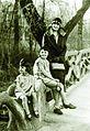 Iosif Berman - Familia Berman în Cişmigiu soţia Raisa şi fetele Luiza şi Matilda.jpg