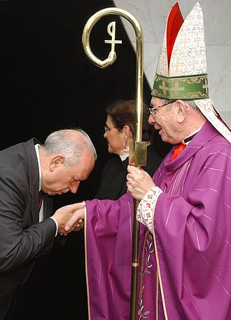 José Alencar - Alencar kissing the hand of Cardinal Freire Falcão, the archbishop of Brasília