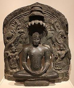 Karnataka, jaina tirthankara parshavanatha col cappuccio di serpenti seduto in meditazione (dhyanamudra), xii secolo.jpg